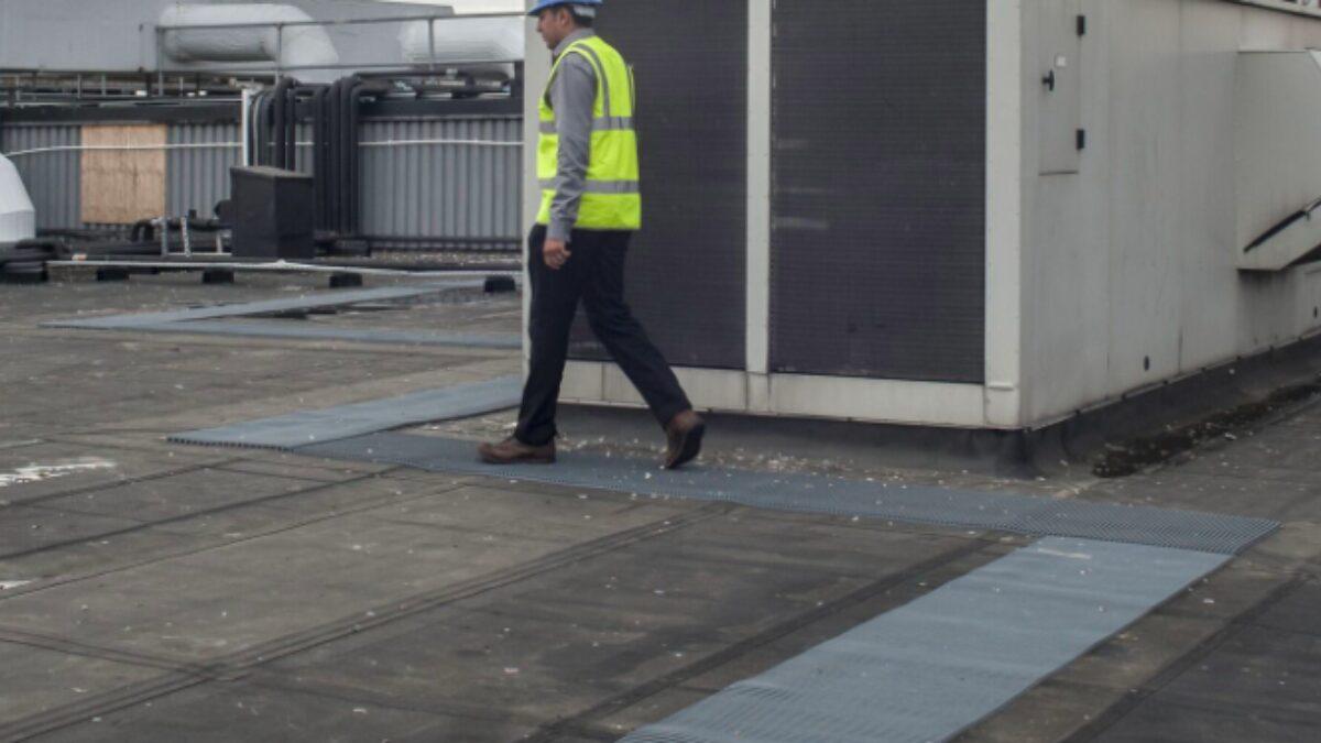 Plastex Crossgrip PVC est un tapis de passerelle hautement spécialisé pour les toits plats, les portiques et les passerelles de haut niveau