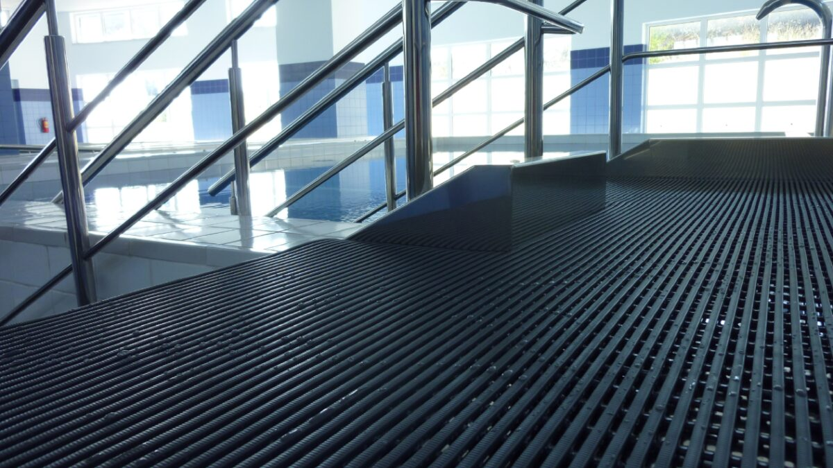Plastex Heronrib matting has been installed alongside a physiotherapy pool in an Athens rehabilitation hospital to keep patients safe and comfortable.
