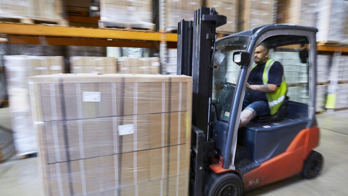 Un membre de l'équipe au travail, dans l'usine Plastex au Royaume-Uni.