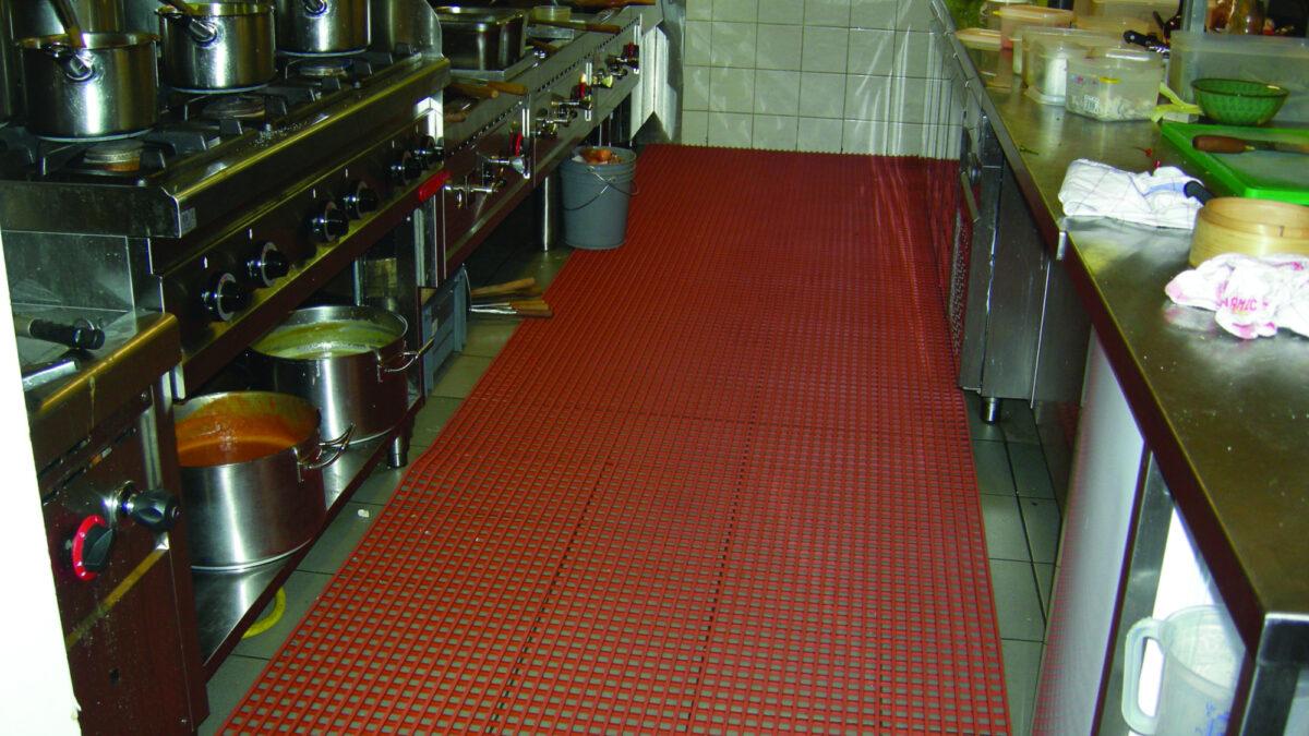 Herongripa est un tapis résistant aux graisses animales conçu pour les zones de transformation des aliments.