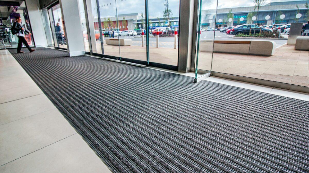 Créez le décor avec Frontrunner, le tapis d'entrée intégré de Plastex.