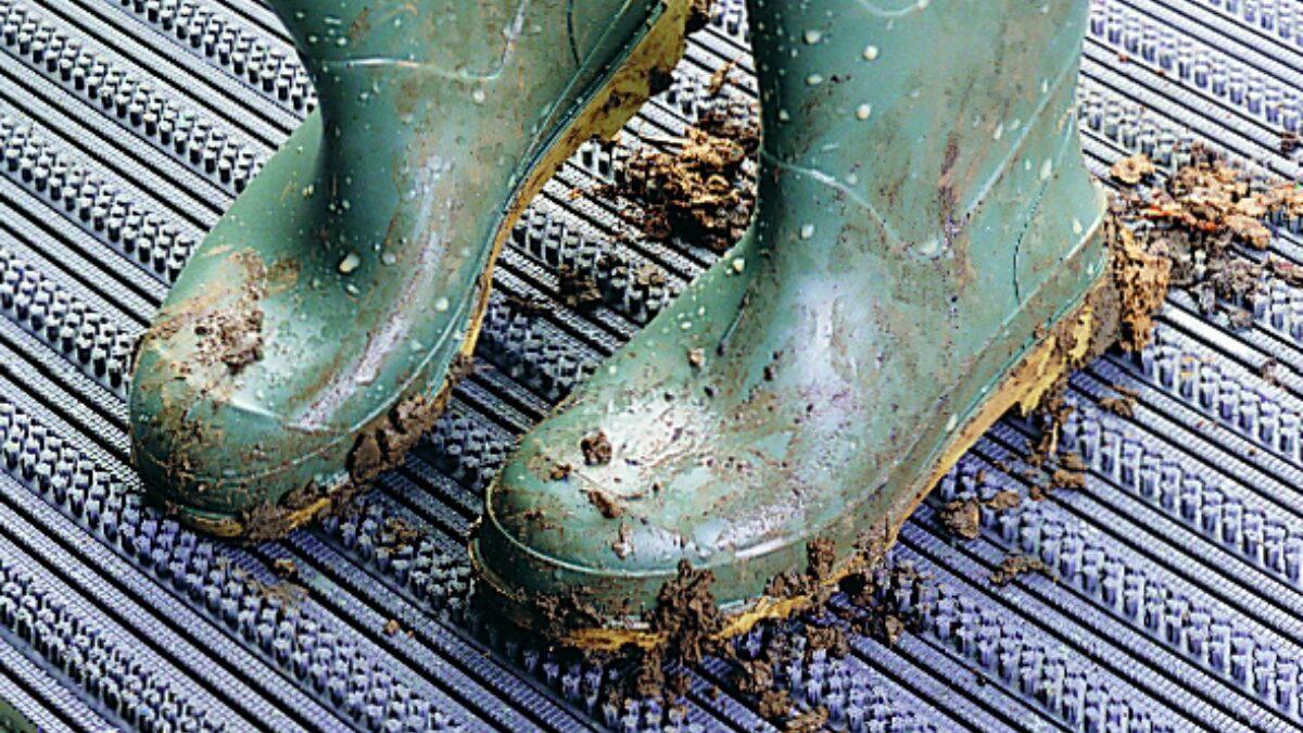 Le tapis antichute Plastex permet de conserver les zones où l'on se tient debout et les chemins techniques libres de matières dangereuses.