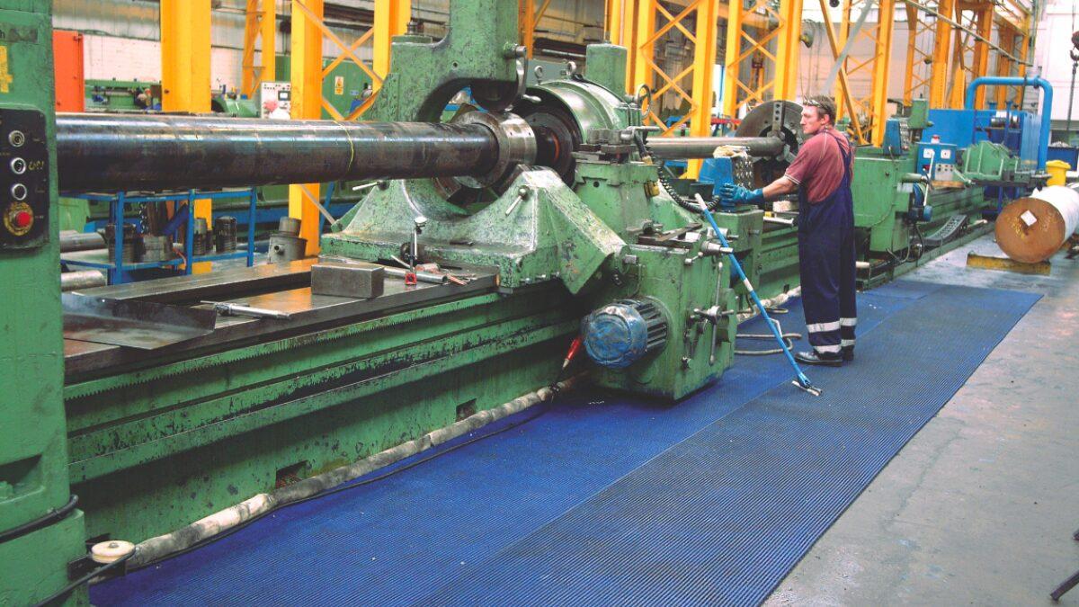 Les tapis industriels Plastex aident à garder les travailleurs en sécurité et à protéger les machines contre des dommages.