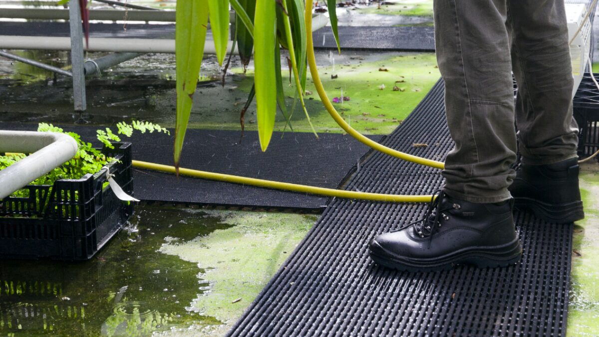 Los pavimentos resistentes a deslizamientos de Plastex ayudan a prevenir accidentes mejorando la seguridad y la comodidad para los pies.