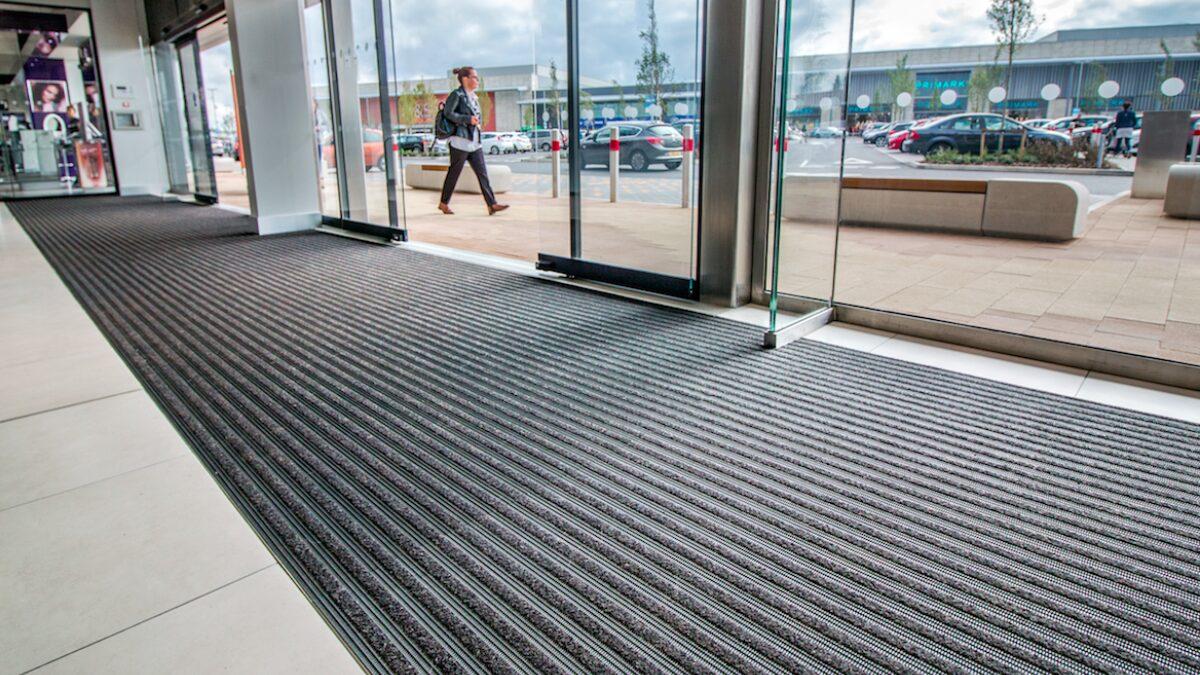 Les tapis Plastex pour points de vente au détail aident à garder les centres commerciaux sécurisés, propres et hygiéniques.
